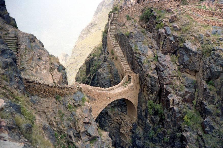 Dieser abenteuerliche Weg führt über die im 17. Jahrhundert erbaute Brücke von Shahara im Jemen zum gleichnamigen Dorf