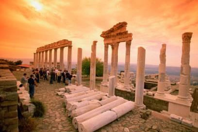 Das Trajaneum im antiken Pergamon ist eine von zahlreichen Ausgrabungsstätten in der Türkei