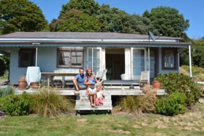 Familie Pohlmann vorm Ferienhaus in Neuseeland