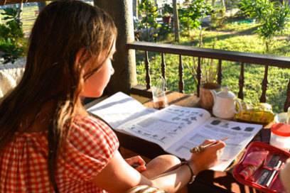 Antonia bei den Schularbeiten während der Weltreise
