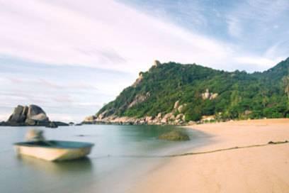 Die Ao Tanot Bay hat etwas gröberen Sand als manch anderer Strand in Thailand, eignet sich aber perfekt zum Schnorcheln