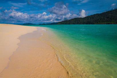 Türkisblau leuchtet das Meer am Sunrise Beach auf Koh Lipe
