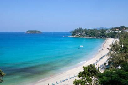 Weißer Sandstrand trifft türkisblaues Meer: der Kata Noi Beach auf Phuket