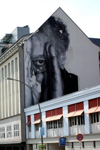 Prenzlauer-Berg-Ikone: Der spähende Mann von JR