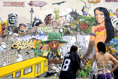 """Eine Kooperation von lateinamerikanischen und deutschen Streetartkünstlern ist das riesige Wandbild """"Interbrigadas"""" an der Wand des Mercure Hotels"""