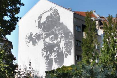 """Das Wandbild """"Astronaut Kosmonaut"""" von Victor Ash symbolisiert den Kalten Krieg"""