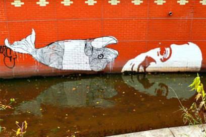 Graffiti, dass bewusst für die Spiegelung gesprayt wurde und auf Umweltverschmutzung aufmerksam machen will