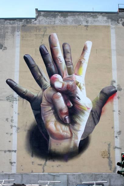 """Ein Beispiel für fotorealistische Graffiti: Case Maclaims Kunstwerk """"Auf der Hand"""" in Mitte"""