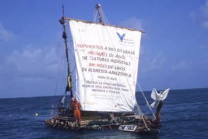 Survival-Experte Rüdiger Nehberg weiß aus eigener Erfahrung, wie es ist, tage- und wochenlang einsam auf dem Meer unterwegs zu sein: Hier sieht man ihn auf seiner Fahrt von Mauretanien nach Brasilien. Sein Gefährt: ein selbstgebauter Baumstamm mit nur einem Segel und ohne Motor.