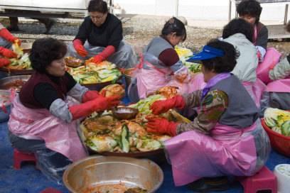 Koreanische Frauen beim Zubereiten von Kimchi aus Chinakohl