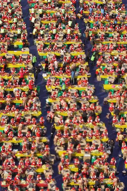 Ein gigantisches Foto von 2014: Mehr als 2000 Südkoreaner beteiligen sich an einer Wohltätigkeitsaktion, bei der sie Kimchi für die bevorstehenden Wintermonate für Bedürftige zubereiten