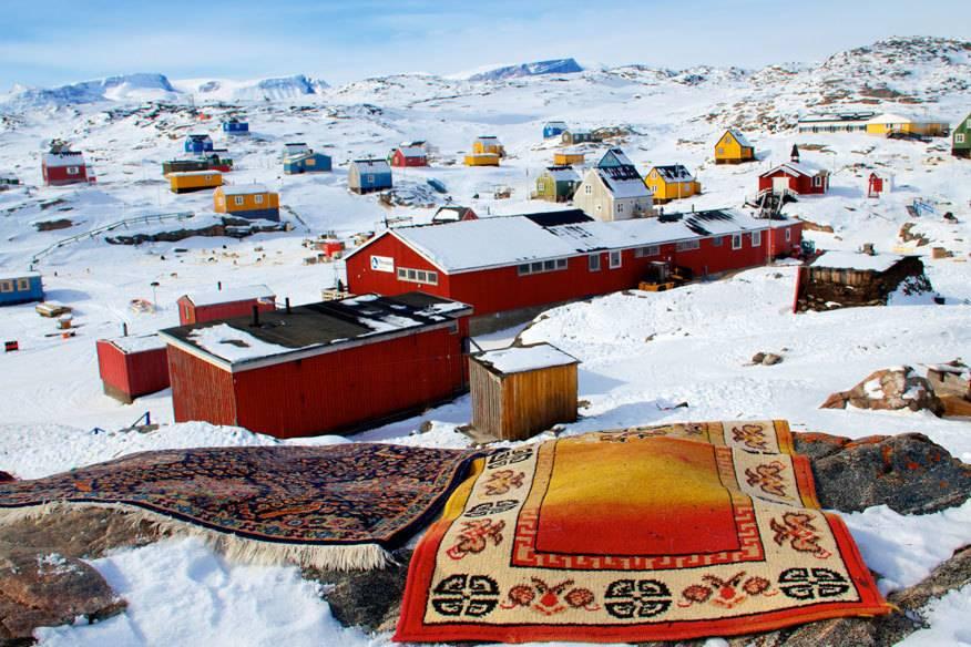heißt das Dorf in der Baffin Bay im Westen . Nicht einmal 250 Menschen leben hier, und sicherlich gibt es hier keine Weihnachtsmärkte wie in den Großstädten dieser Welt. Dennoch haben sie das Glück dank Schnee und Eis an Weihnachten ein märchenhaftes Winterwunderland vor der Haustür vorzufinden.