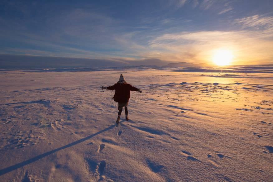 Knackige Minusgrade und Schnee ohne Ende: So kann man sich im Winter vorstellen. Irgendwo zwischen atemberaubenden Landschaften mit eingefrorenen Seen und gläsern aussehenden Gletschern kann man hier weiße Weihnachten erleben.