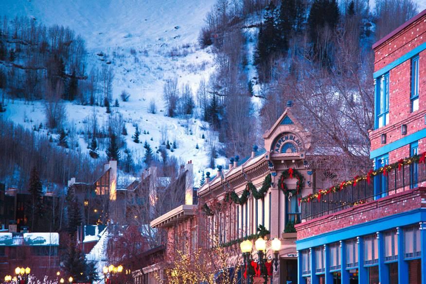 Hier machen die Reichen und Berühmten Ski-Urlaub! Die Rede ist von der Kleinstadt im US-Bundesstaat . Während die einen die Pisten runterbrettern, sieht man viele Promis auch einfach nur beim Shoppen in einem der vielen Luxusläden.