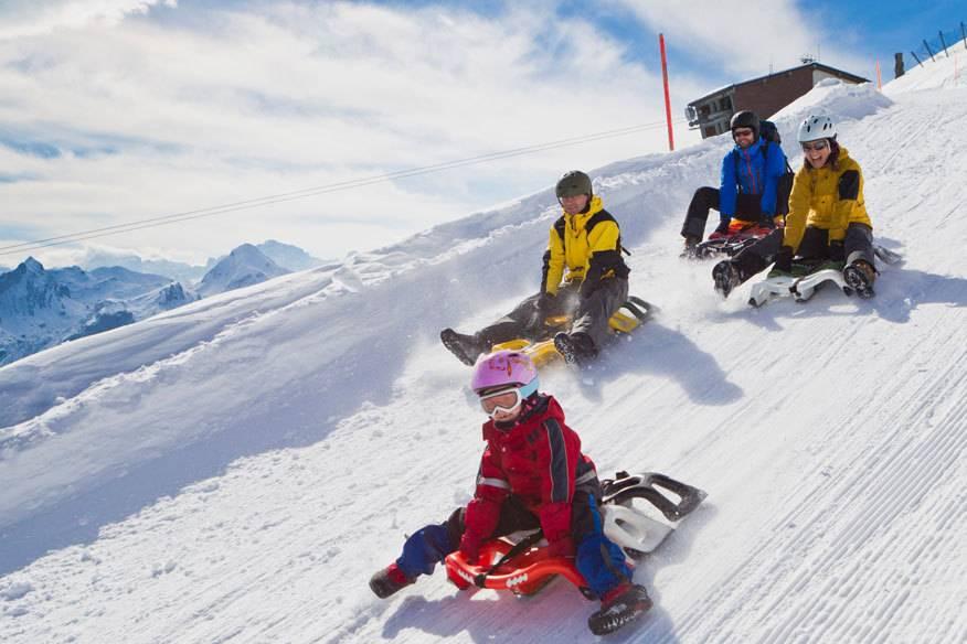 Am Weihnachtsmorgen mit der ganzen Familie Schlittenfahren: Das geht zum Beispiel (während eines Skiurlaubs) in , vorausgesetzt natürlich, es liegt Schnee. Doch im autofreien Dorf in der , das auf mehr als 1300 Höhenmetern liegt, stehen die Chancen sehr gut.