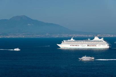 Durchs Mittelmeer schippern deutsche Kreuzfahrer am liebsten. Hier im Hintergrund: der Vesuv in Italien.