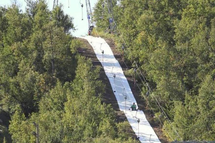"""Damit Wintersportler künftig auch bei Plusgraden ihrem Hobby nachgehen können, hat die Chemnitzer Firma """"Mr. Snow"""" künstlichen Schnee aus Stoff erfunden. Im Foto: die Piste im norwegischen Geilo."""