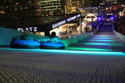 """Die Anlage am Berliner Weihnachtsmarkt am Potsdamer Platz wird im zweiten Jahr mit Kunstschnee von """"Mr. Snow"""" betrieben"""