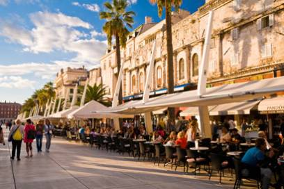 Rechts Cafés und Geschäfte, links das Meer: das ist die Riva