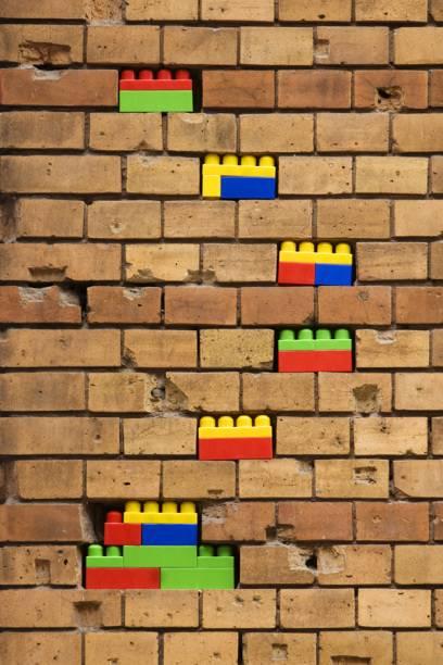 Lückenfüller: Spielzeugsteine in der Backsteinfassade des Instituts für Kultur- und Kunstwissenschaften der Humboldt-Universität in Berlin
