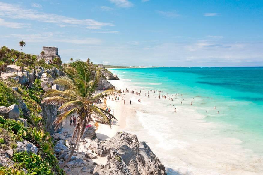 """An Mexikos Karibikküste, auf der Halbinsel Yucatán, liegt der bekannte Tulum-Strand. Das """"karibische Riff"""" vor der Küste schützt den Puderzuckerstrand vor starker Brandung"""
