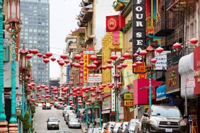 Typisch chinesische Architektur und Dekoration in der Hauptstraße von China Town