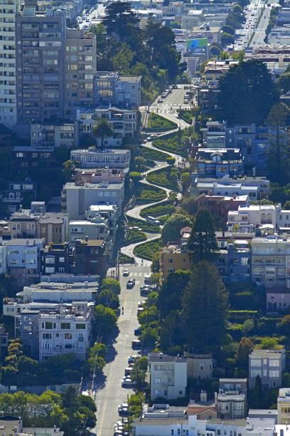 Die Lombard Street mit ihrem kurvigen Teilstück schlängelt sich quer durch San Francisco
