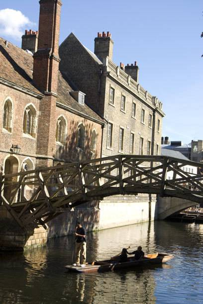"""Die sogenannte """"Mathematische Brücke"""" ist eine von vielen, die man auf einer Flusstour über den River Cam passiert"""