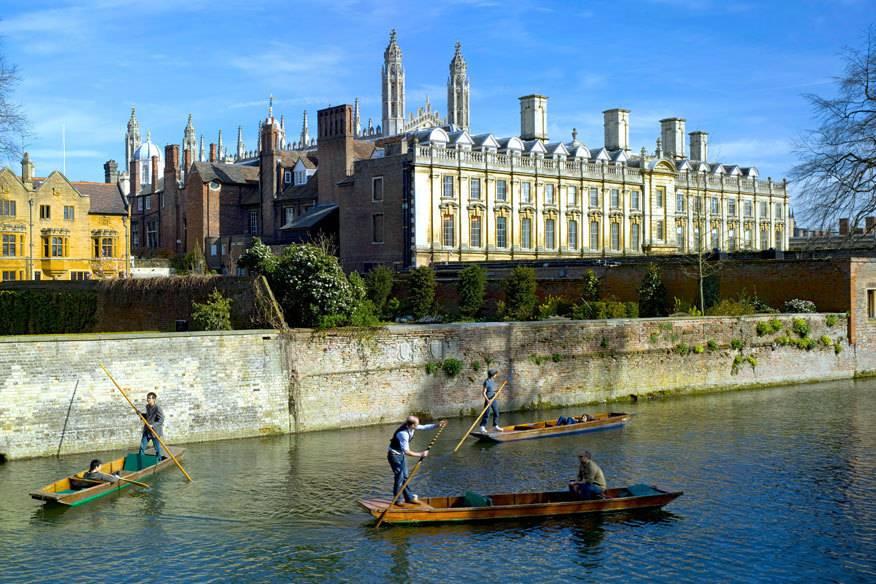Cambridge lässt sich sehr gut beim traditionellen Punting erkunden – einer Art Stand-up-Paddle-Tour über den Fluss Cam