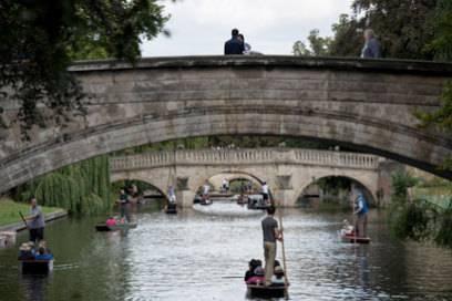 Punting ist die oberste Tradition in Cambridge: In schmalen Holzbooten fährt man durch die vielen verwinkelten Flussarme des Flusses Cam.