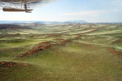 Nach dem Jahrhundertregen 2011 wechselte die Namib-Wüste ihre Farbe von tiefem Rot in saftiges Grün. Am besten beobachten kann man aus einem Flugzeug.