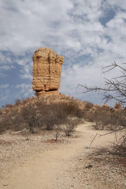 Die 35 Meter hohe Felsnadel ragt auf einem Hügel über dem Ugab-Tal