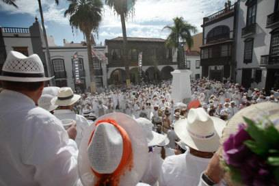 "Kleiderordnung: weiß! Karneval ""Día de los Indianos"" in den Straßen von Santa Cruz"