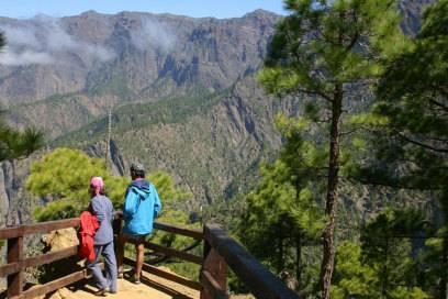Zum Aussichtspunkt der Cumbrecita am Kraterrand der Caldeira de Taburiente sollte man früh morgens aufbrechen. Dann ist der Krater meist noch wolkenfrei und der Blick auf den Roque de los Muchachos klar.