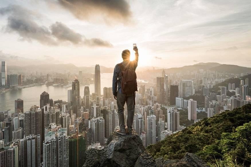 Gezielt ein Selfie machen, so wie hier in Hongkong – genau das soll sich positiv auf unser Erinnerungsvermögen auswirken