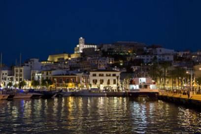 Ibiza Stadt und ihre Altstadt Dalt Vila bei Nacht