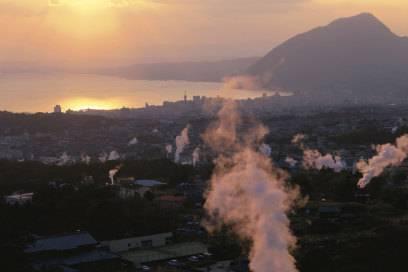 Wasserdampf steigt über der Stadt in der Beppu-Bucht auf