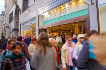 In der Oxford Street wird es selbst auf dem Bürgersteig eng – auf Londons Shoppingmeile Nummer eins reiht sich Kaufhaus an Kaufhaus