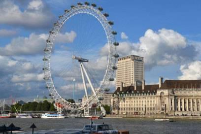 Blick über die Themse auf das London Eye – in den Kabinen des Riesenrads drehen Touristen meditativ langsam eine Runde