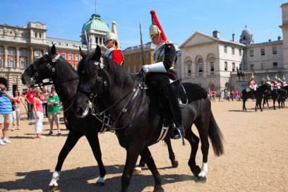Immer beliebt bei den Touristen – die Horse Guards rund um den Buckingham Palace sind geradezu ein Postkartenmotiv
