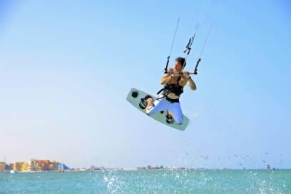 Auf dem Kite-Board können Sie sich richtig auspowern. Die Lagunenstadt ist für den perfekten Wind und ihr gutes Wetter bekannt
