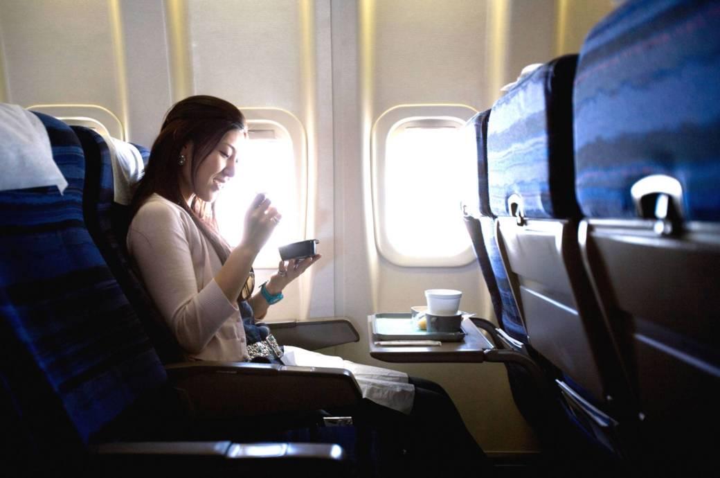 Falls das Essen nicht im Flugpreis mit inbegriffen ist, kann es an Bord ganz schön teuer werden, wenn man plötzlich Hunger bekommt