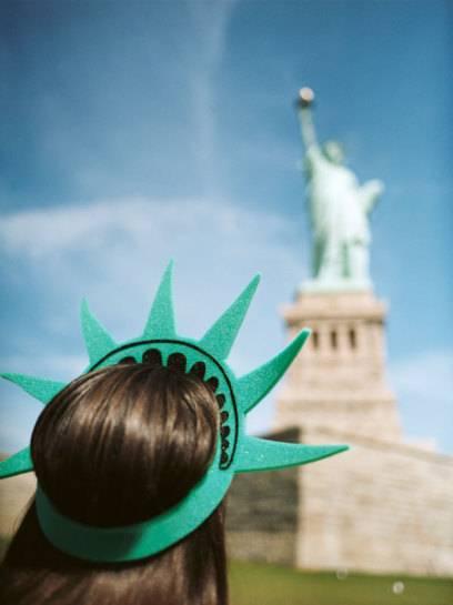 Die Freiheitsstatue auf Liberty Island in New York, USA, wird von vielen Touristen besucht
