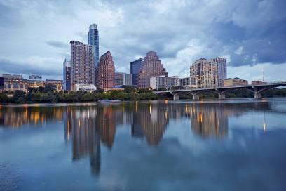 Die Skyline von Austin erstreckt sich hinter dem Colorado-River, der durch die texanisches Stadt fließt
