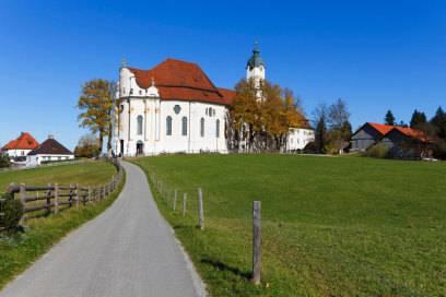Unterwegs auf der Romantischen Straße passieren Autofahrer auch die Wieskirche – Deutschlands wohl berühmteste Barockkirche