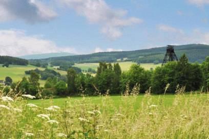 Blick vom Türkschacht Richtung Auersberg: Die Silberstraße führt durch eine Landschaft, die vom Bergbau geprägt wurde