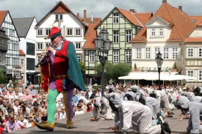Die Deutsche Märchenstraße führt auch zu den Schauplätzen von Grimms Märchen. Wie hier zum Rattenfänger-Spiel nach Hameln