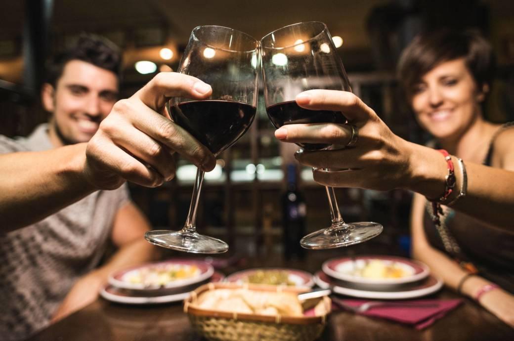 In geselliger Runde mit Wein anzustoßen ist auch in Deutschland sehr beliebt, der  Pro-Kopf-Konsum im Jahr liegt bei 25 Litern – Platz 20 im internationalen Vergleich.