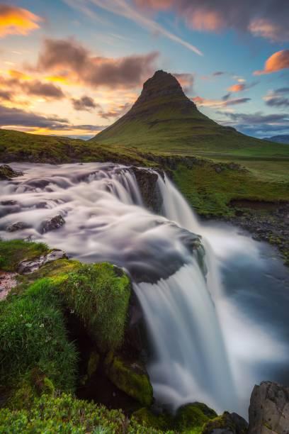 Island bietet eine fantastische Natur. Im Foto: der Wasserfall am Berg Kirkjufell