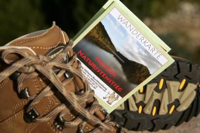 Feste Schuhe und eine Karte gehören auch beim Nacktwandern zur Ausrüstung